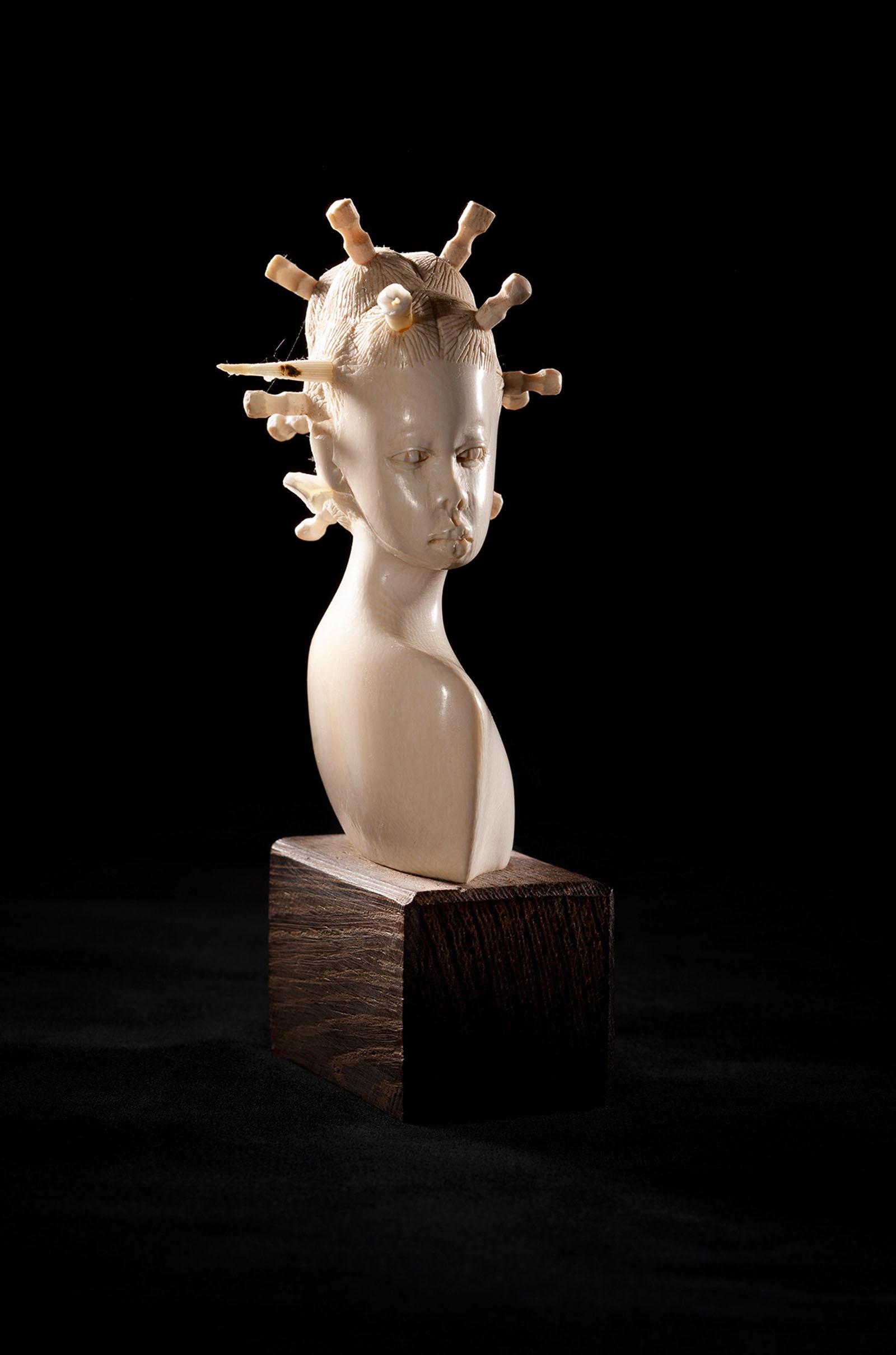 """o.T. aus """"Manipulationen"""", 2014, 16 x 8 x 8 cm, Elfenbeinbüste auf Ebenholz, Fuchszähne, Stachelschwein-Stachel"""