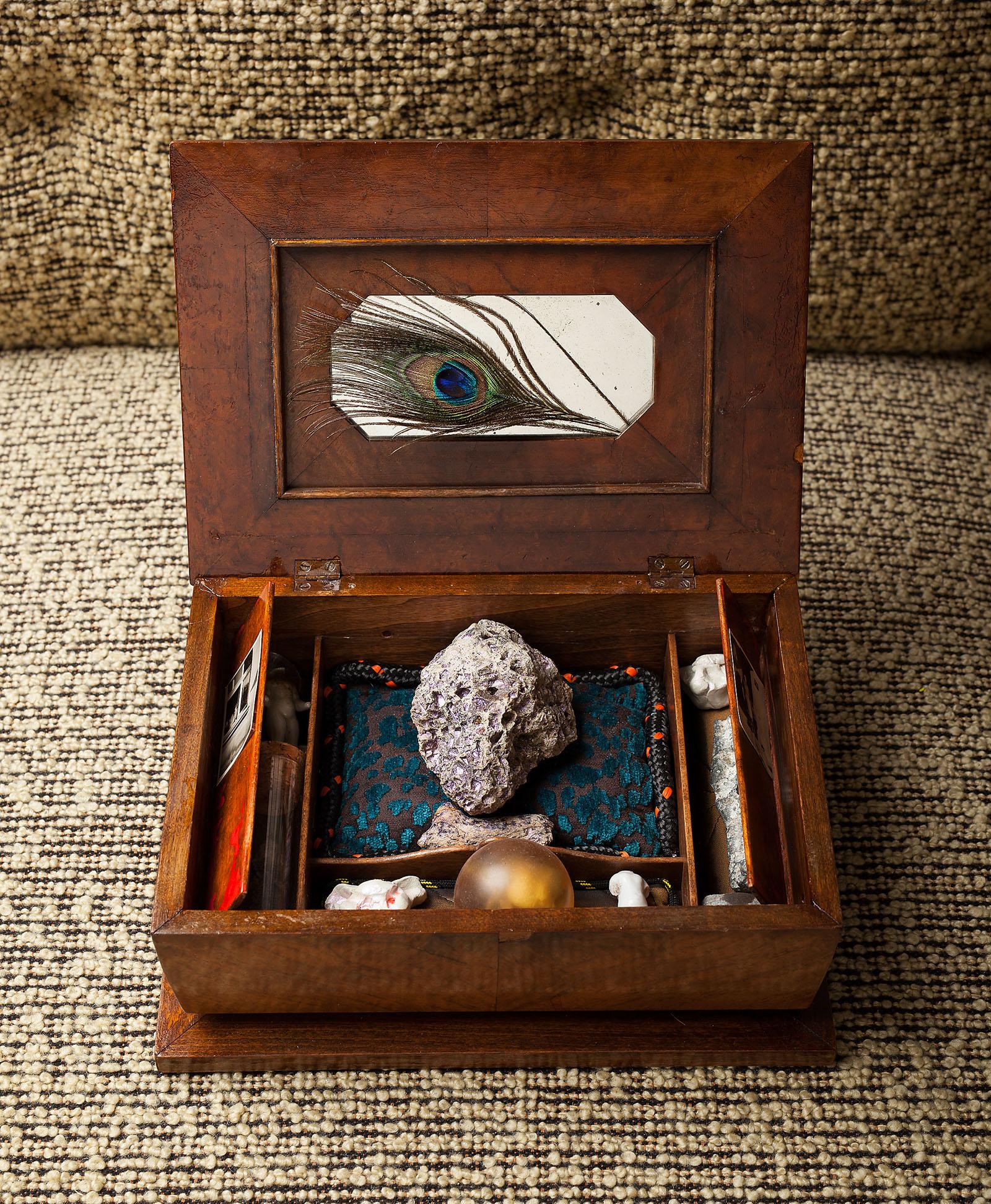 """o.T. aus der Serie """"Does Voodoo work?"""" (innen), 2018, 28,5 x 20,7 x 10,8 cm, Applikationen und Objekte diverser Materialien in und auf Holzschrein"""