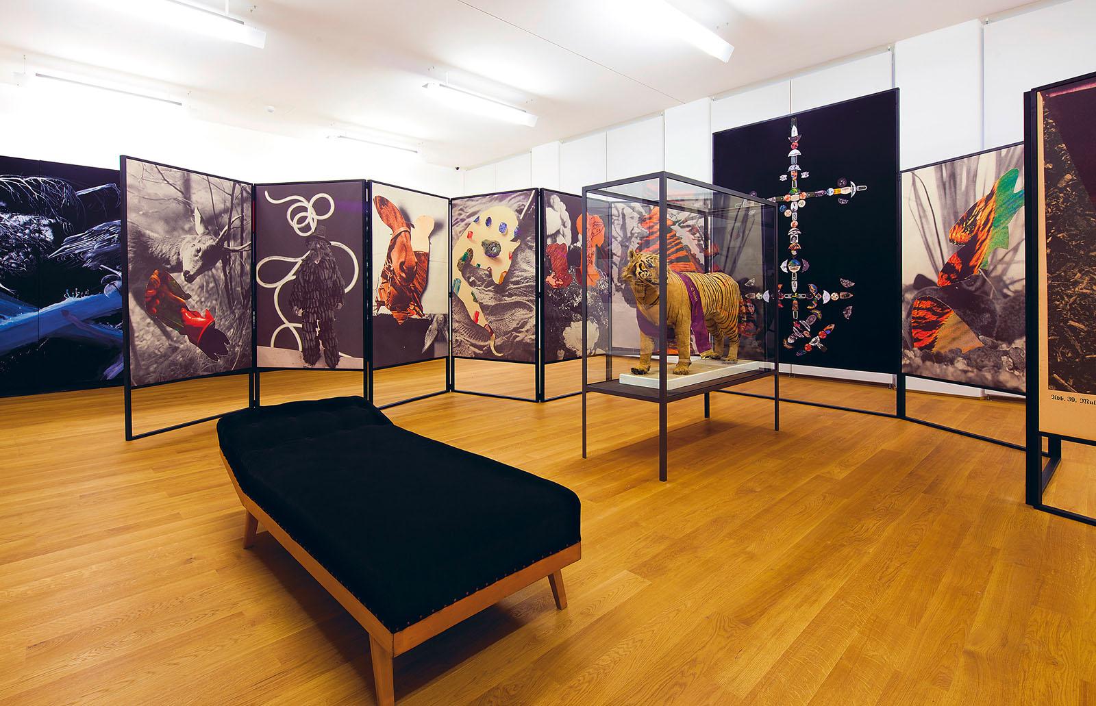 """Ausstellungsansicht """"Does Voodoo work?"""", Museum Wiesbaden"""