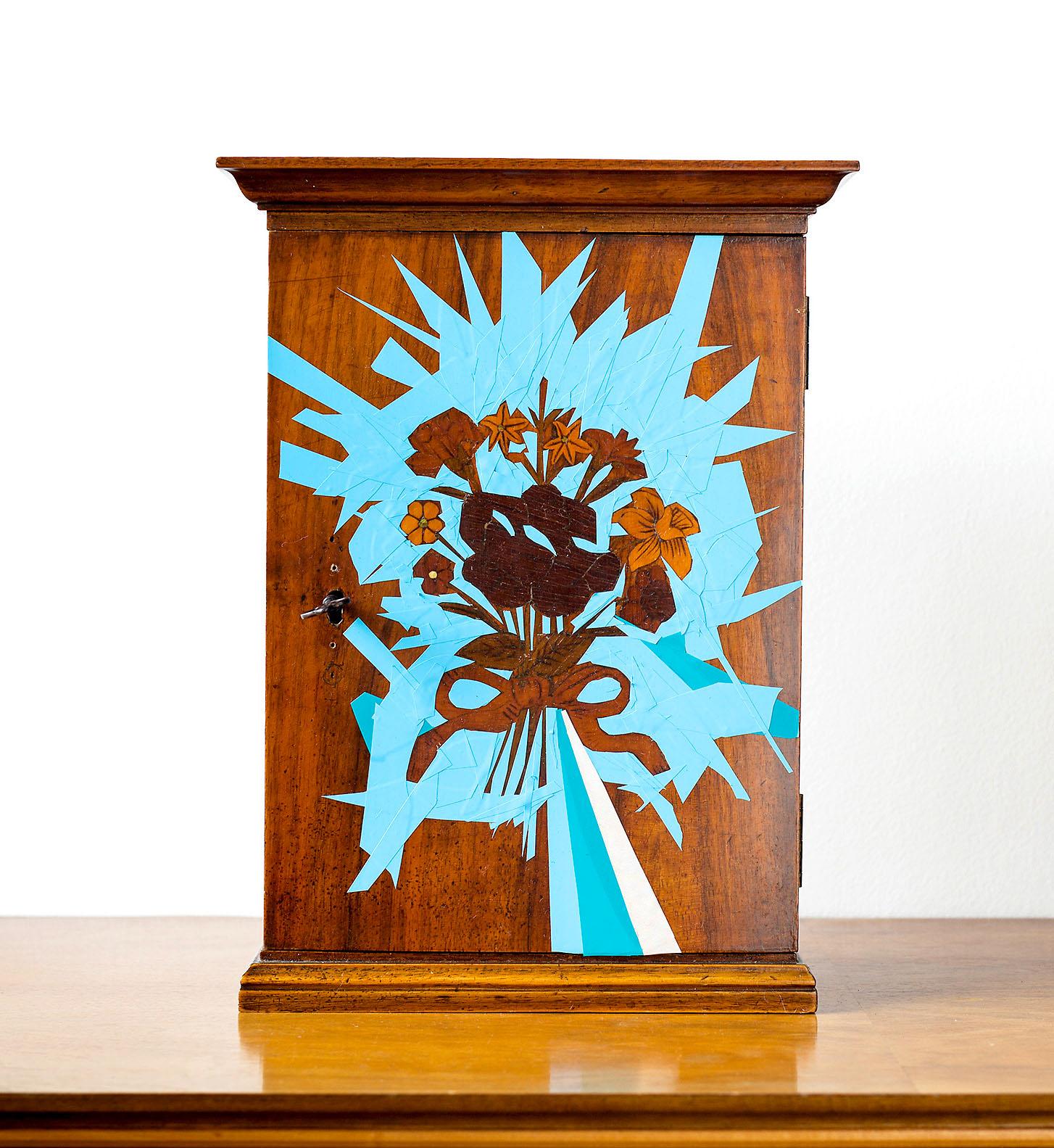 """o.T. aus """"Endemisches Kollegium"""", 2017, außen, 36 x 26,7 x 13 cm, Applikation diverser Materialien in und auf Holzschrein"""