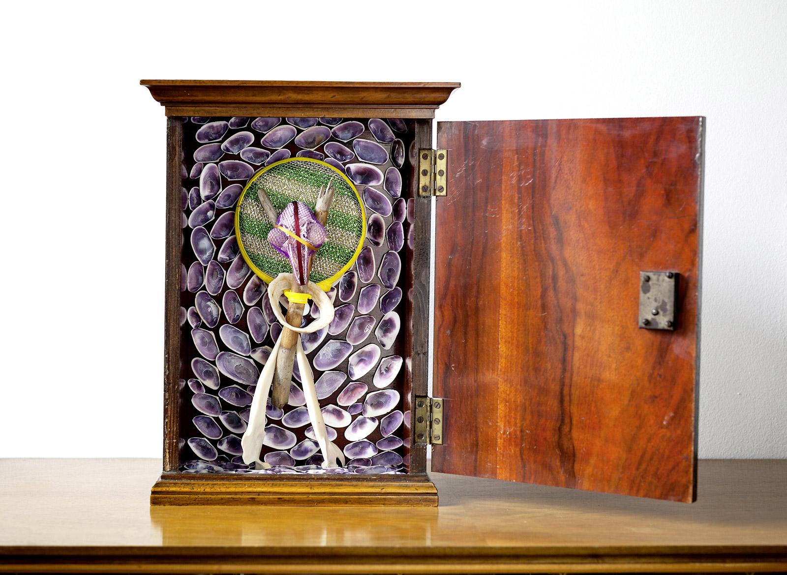 """o.T. aus """"Endemisches Kollegium"""", 2017, innen, 36 x 26,7 x 13 cm, Applikation diverser Materialien in und auf Holzschrein"""