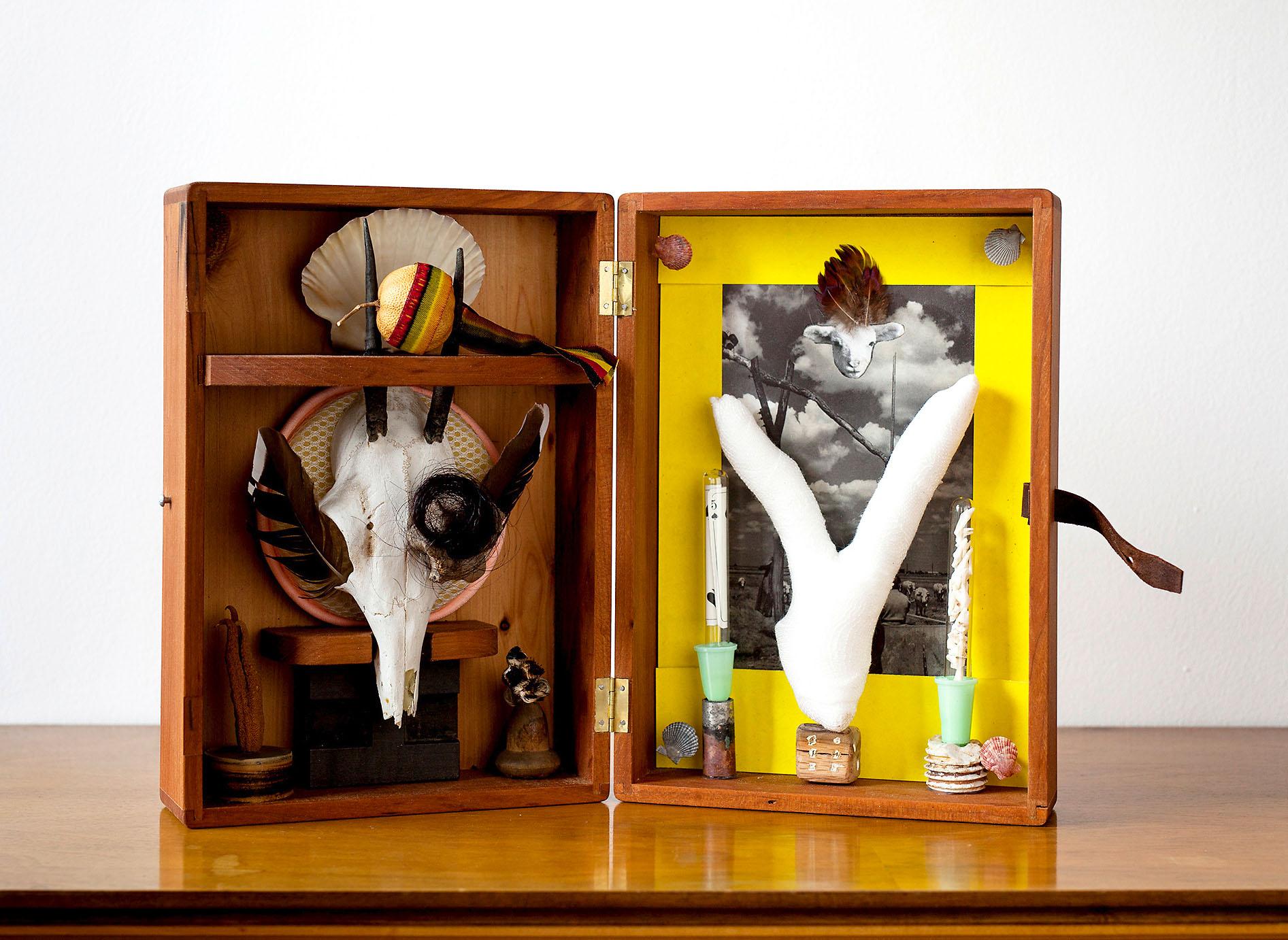 """o.T. aus """"Altare"""", 2016, 28,3 x 40 x 5 cm, Applikation diverser Materialien in Holzschrein"""