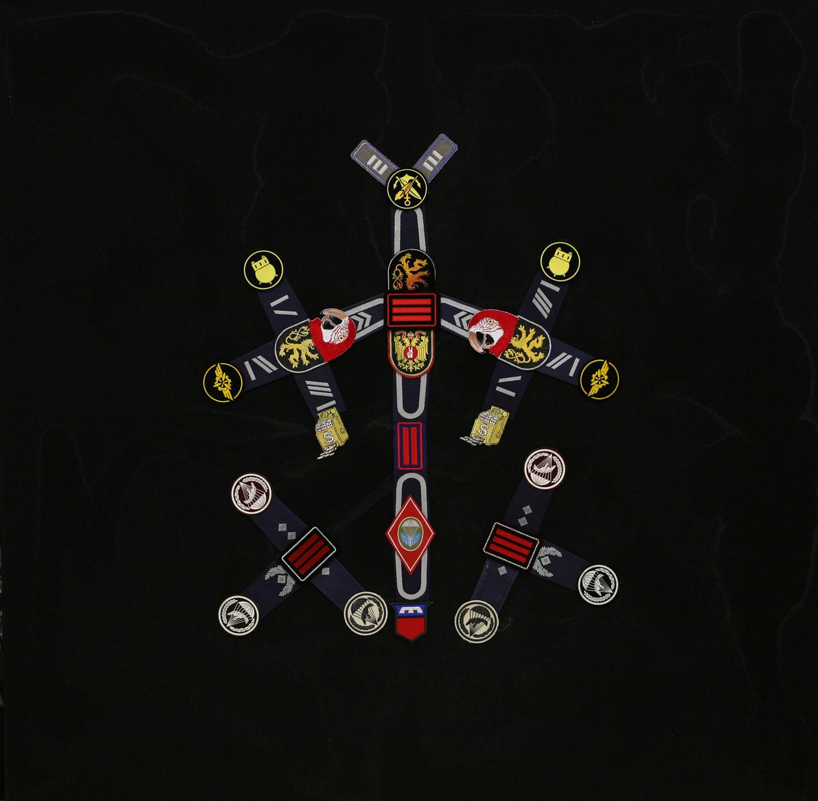 """""""Zweiter Festschmuck für einen Flußpferdschädel"""" aus """"Krähen Kommen -Titanweiß"""", 2008, 130 x 130 cm, Applikationen auf Leinwand"""